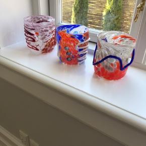Tre smukke og unikke vaser fra italienske Murano. Mål ca højde 11 cm og dia 11 cm. Pris pr stk 550,- eller 1500 for alle tre.  Venligst se mine andre annoncer!