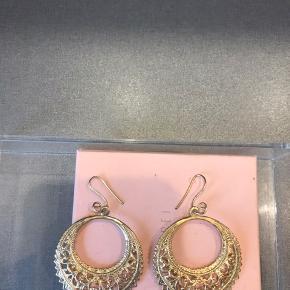 Smukke vintage øreringe . De holder sig virkelig pænt i farven og har ligget i mange år . Virkelig unikke øreringe som ikke findes magen til . Har ikke æske men kommer i en lille smykkepose.