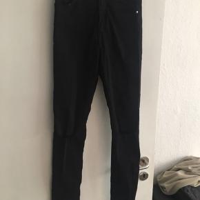 Sorte jeans med meget stræk / elastan  Huller på knæ