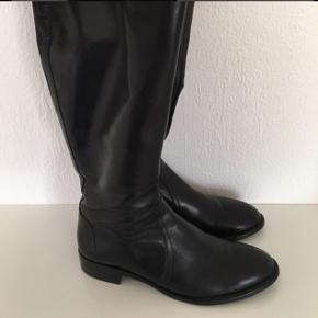 Lækker klassisk støvle.  Ny pris 2200kr.  Pris 800kr plus porto og ts-gebyr.  Bytter ikke.