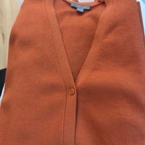 Virkelig skøn og ultra blød cardigan i skønneste rust orange farve. Kan både bruges som cardigan eller lukket som bluse 🍊 kun brugt få gange. Størrelsen er fleksibel, da stoffet er strækbart.