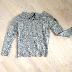 Vila sweater i gråmeleret strik med fed lynlåsdetalje på ryggen.