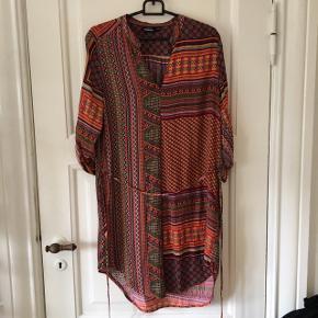 Fin kjole fra kappAhl i silkelignende stof Str 34 - men svarer til en small/36 Brugt få gange
