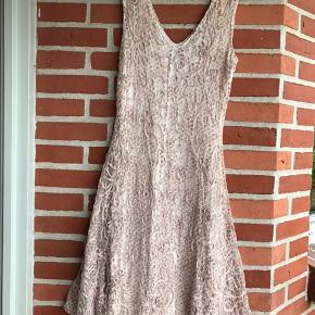 HUNZA sommerkjole. Gudeskøn kjole fra hollandske HUNZA i viscose med print og blondestof ( helforet). Kjole er elastisk og er 104 cm lang. Det er en meget lille L, mere en str M. Måler 43 over brystet (uden at strække). Supersmuk og sidder som en drøm! Bytter ikke