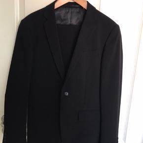 Pænt sort jakkesæt str. 44 brugt få gange