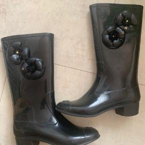Flotte Chanel gummistøvler i fin stand.