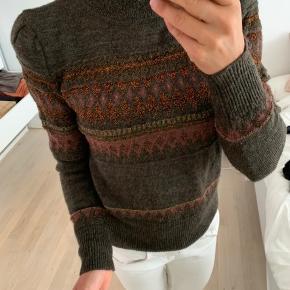 Smukkeste sweater fra Isabel Marant i skønne farver  Sat til 'god men brugt' pga nogle meget små, uundgåelige trådudtræk, som ikke ses på, men som selvfølgelig skal nævnes :)   Sweateren har skulderpuder, virkelig flot effekt.   Se mine andre annoncer med Inwear, Heartmade, no21, Valentino mv