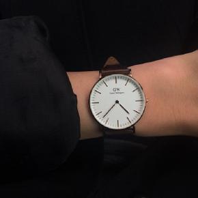 Daniel Wellington ur i rose gold. Selve uret er 32 mm i diameter. Nypris 1250 kr. Vil gerne have 700 for det :)