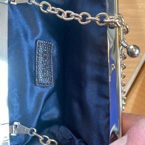 Super fin lille pung med kæde i DKNY Som ny ikke brugt