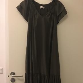 Super fin kjole i 74% viscose-26% polyester, har kun været vasket 1 gang😉