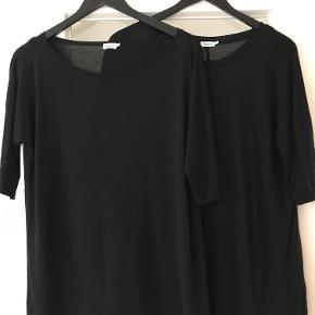 Tynd og lækker t-shirt i lyocell ( minder om silke ) . Jeg har to og de er helt nye , aldrig brugt eller vasket . De er for små til mig . Str hedder XL og måler 53 cm fra ærmegab til ærmegab over bryst . 68 cm lang . Vil mene den passer en str L bedre .Prisen er for en (nypris 655 kr ). Bytter ikke