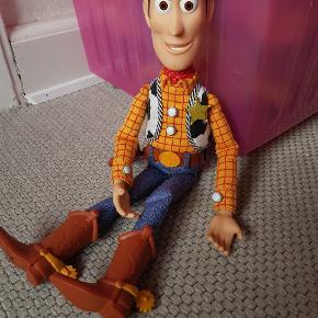 Woody Toy story Woody slaskedukke med dansk tale.  Obs står navn under hans fødder.   Gmb i flot stand.