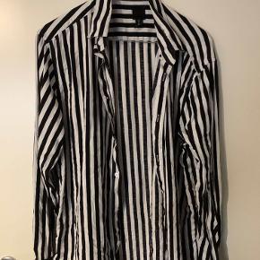 H&M stribede skjorte. Skjorten er størrelse medium og fitter str M Brugt en del, men ingen tegn på brug. Skriv privat til mig hvis du har spørgsmål, eller vil har fitpics.