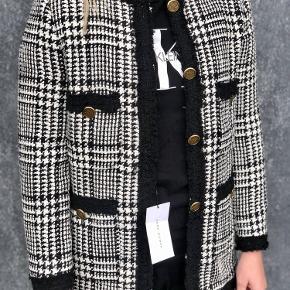 Helt ny udgået Zara jakke/blazer i hvid og sort med guld knapper Aldrig brugt, har stadig prismærke i  Str. S  Ny pris: 90 £ - 740 kr. Pris: 160 kr.