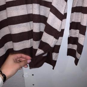 Stribet beige & brun bluse, med lille slids i begge sider.
