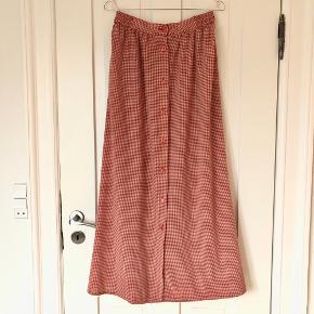 Vintage midi nederdel i skønt ternet stof med knapper ned langs fronten. Elastisk i taljen.  Der står ikke størrelse i, men passer ca en str. M-L  Mulighed for afhentning i Aarhus C 🍀  Se også mine andre annoncer 😊