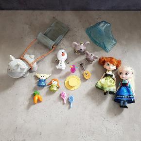 Anna og Elsa dukker - de kan passe til Barbie. De er fra Disneyland Paris, og der med følger en kuffert/kasse til hver. De er i rigtig pæn stand, og er fra røg og dyre fri hjem. Helst gerne kontant, da det er til min datters sparegris. De kan afhentes i 6700, eller sendes hvis porto bliver betalt.