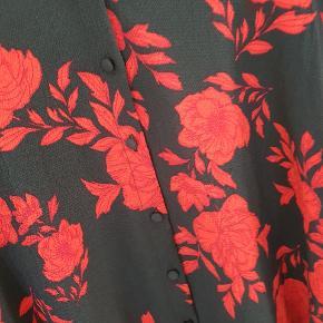 Lang skjorte/skjorte kjole str small. Aldrig brugt. Fra hjem uden røg og dyr.