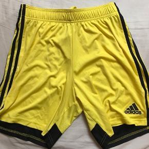 Model: Adidas Træningsshorts Størrelse: Medium Pasform: Almindelig  Kondition: Brugt en enkel gang eller to Retail pris: ~300
