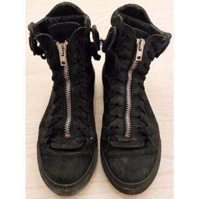 Sneakers støvle i skind fra The Last Conspiracy ⚫️  - høj sneaker / støvle - glat blødt skind udvendigt og indvendigt  - gummi bund  - lynlås foran - fede detaljer - str. 40 - brugt, hvilket ses, men stadig i god stand   Nypris 2200,-   Se også mine andre fine annoncer. Sælger billigt ud og giver gerne mængderabat 🧚🏼♀️