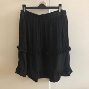 Moss Copenhagen nederdel med fine flæsedetaljer og elastik i livet   Str: L  Stand: brugt 1 gang, og fremstår nærmest som ny   Nypris: 300,-