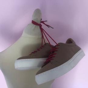Smukke cognacfarvede sneakers fra By Malene Birger. Byd gerne!💯