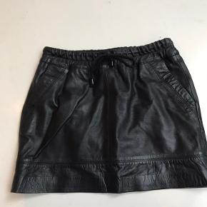 Sort lædernederdel fra mango Har lommer i siden og snøre foroven Størrelses og vaskelabel er klippet af Længde 36 cm Mega lækker læder og fed nederdel