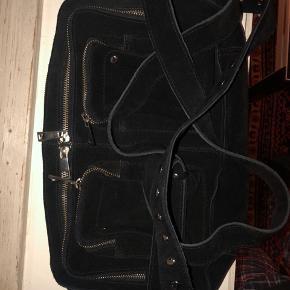 """Mega Lækker núnoo taske i ruskind, den er brugt én gang og er som ny. Det er modellen """"Alimakka"""""""