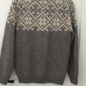 Uldsweater fra Urban Outfitters mærke Shore Leave i str.L.  Sweateren er aldrig brugt, men der mangler tag i trøjen. Kom med et bud.