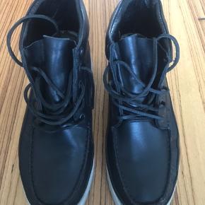 Eksklusiv støvle fra HAN KJØBENHAVN, Modelnummer 1891. Støvlen er kun brugt få gange og fremtræder i særdeles pæn stand. Nypris ved køb kr. 3.000,- jeg har ikke gemt æske eller kvittering.