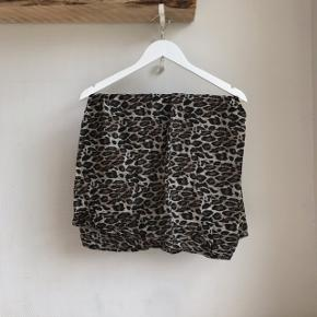 Halstørklæde fra Saint Tropez Brugt én enkelt gang. Som nyt. Kvittering kan findes frem.  🚭 Fra ikke-ryger hjem 🔁 Jeg bytter ikke. Sælger kun 📦 Køber betaler fragt 💁🏼♀️ Jeg kan mødes  Søgeord: halstørklæde, tørklæde, leopard, leo, tube