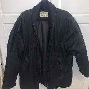 Købt i december 2019.  Parka/bomber jakke, med aftagelig hætte.  Skriv endelig for spørgsmål eller andet!
