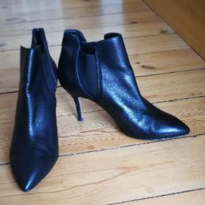 """Super fine ankelstøvler fra Gardenia, kun brugt ganske lidt. Har en lille """"rift"""" på den ene hæl, men ellers i rigtig pæn stand.Køber betaler forsendelse"""