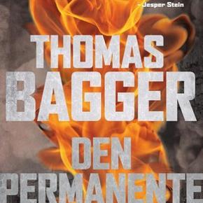 """Danmarks nye krimi""""konge"""" Thomas Bagger har skrevet Den Permanente. Spænding fra først til sidst. Hæftet. Beskrivelse: Efter flere måneders indlæggelse vælger efterforsker Ask Hjortheede at lade sig udskrive fra Skejby Sygehus med livet som indsats. Lægerne begriber ikke Asks risikable valg, men de er ikke klar over, at det ikke kun er hans fysiske skader, der truer ham på livet. Ask vælger at isolere sig i familiens sommerhus.I ensomheden fikseres hans eksistens i en mellemzone af bizarre hændelser, der udvisker grænsen mellem virkelighed og illusion. Men da to mænd forsøger at dræbe ham, og en mystisk, ung mand dukker op og redder hans liv, ruskes Ask ud af drømmetilstanden og indser, at der skal handles. Sagen udvikler sig uventet og trækker tråde tilbage til 2. verdenskrig og den tyske besættelsesmagt i Aarhus."""