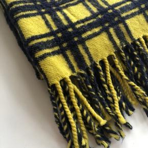 Uld halstørklæde med mørkeblå tern  L: 176cm  B:42cm