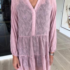 Helt ny Neo Noir kjole - mærket er blot klippet ud. Nypris 600kr.