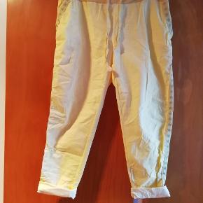 Helt nye bukser fra butikken martinello, str plus size, svarer til L/XL. Nypris var 349kr, tænker derfor nu 120kr