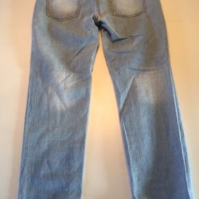 Lyse jeans m/hulmønster fortil.  Str. L iht. label, men jeg synes mere en str. M.