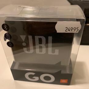 Sort JBL bluetooth højtaler stadig i pakke og ubrugt! (Sælges - da jeg har en i brug) Nypris 250 og sælges for 150 pp hvis forsendelse.