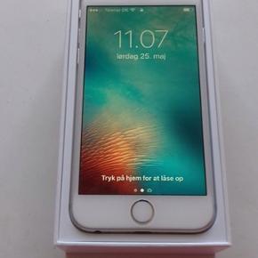 iPhone 6 med bagcover.  Jeg søger ny ejer til denne iPhone 6 Silver med 16 GB plads, den har fået nyt batteri for kort tid siden. Der medfølger kasse, oplader, gennemsigtig bagcover og den kan hentes i Kolding