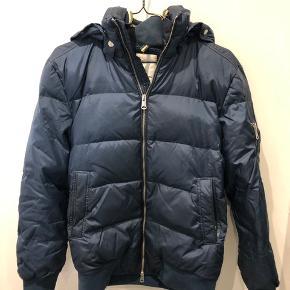 Lækker jakke fra J. L. LINDEBERG med aftagelig hætte, rødt for, str S Har været brugt meget lidt.  Farve er mørkeblå  Np 2700kr