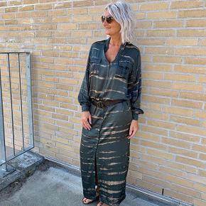 Super Cool og helt ny kjole fra Rabens Saloner. Har fået den lagt ca. 20 cm . op da den var gulv lang :o)   Nyprisen er 2300 og denne sælges for 1100 pp :o)