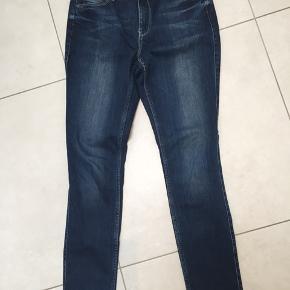 Bløde jeans fra 2nd Day, str. 33/34. 84 cm i livvidde. Stretch.