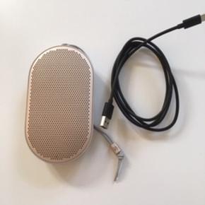 BeoPlay P2 Sand Stone med oplader. Købt i august 2018. Kvittering haves. Nypris 1.299 kr.