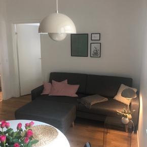 Jeg overvejer at sælge min sofa. Den er købt  d. 27/7 og blev leveret d. 1/8. Sælges, da jeg synes den er for stor.. Mål: højde: 85 - bredde: 85 - længde: 210  Puf og sofa er samlet købt til 4000 kr, og mærket er sinnerup.  Kvittering medfører.  Den fremstår fuldstændig ny.  Sælges kun, hvis jeg kan få en god pris for den.