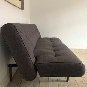 Mål: Som sofa: Længde: 200cm Bredde: 80cm Højde: 82cm  Som seng/daybed: Længde: 200cm Bredde: 115cm Højde: 40 cm  Mærke: Futon, Unfurl deluxe