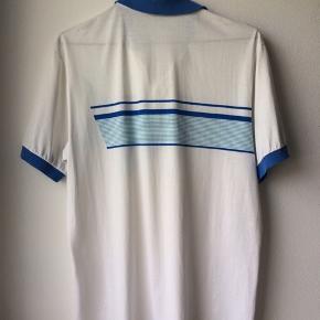 🦋Cool retro T-shirt købt på vintagemarked.  🦋Oversized (muligvis str. M) 🦋Den blå farve er mest akkurat på billede nr. 3.  🦋Sendes med DAO  for 37kr eller hente i Risskov nær Aarhus.