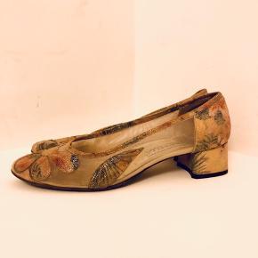 Allersmukkeste vintage italienske heels. Lavet i mesh og læder. Sarte pastelfarver og små guldprikker, ligner fuldstændigt noget Stine Goya kunne have designet! Lille str. 39. Pris 350 inkl.