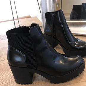 De er brugt 1 gang, men de er for små til mig - købt på Zara - kan afhentes på Boulevarden i Aalborg Skriv for evt forsendelse