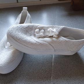 Råhvide sneakers i feminin look. Er brugt få gang og har bare stået på hylden.
